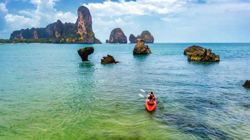 Familienkayak fahren, -mutter und -tochter, die im Kajak auf tropischem Seekanuausflug nahe Inseln, Spa?, aktive Ferien habend sc stockfotos