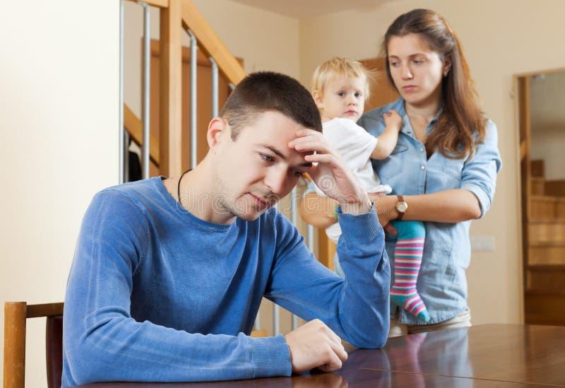 Familienkonflikt zu Hause stockbilder