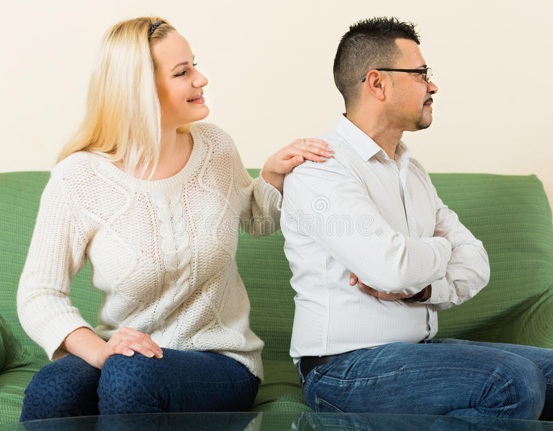 Familienkonflikt zu Hause stockbild