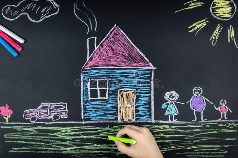 Familienkreide auf dem Brett lizenzfreies stockbild