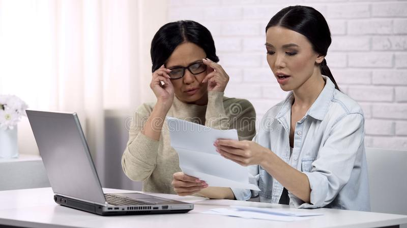Familienleserechnung mit großer Geldsumme, unangenehme Überraschung, Personalkredit lizenzfreie stockfotos
