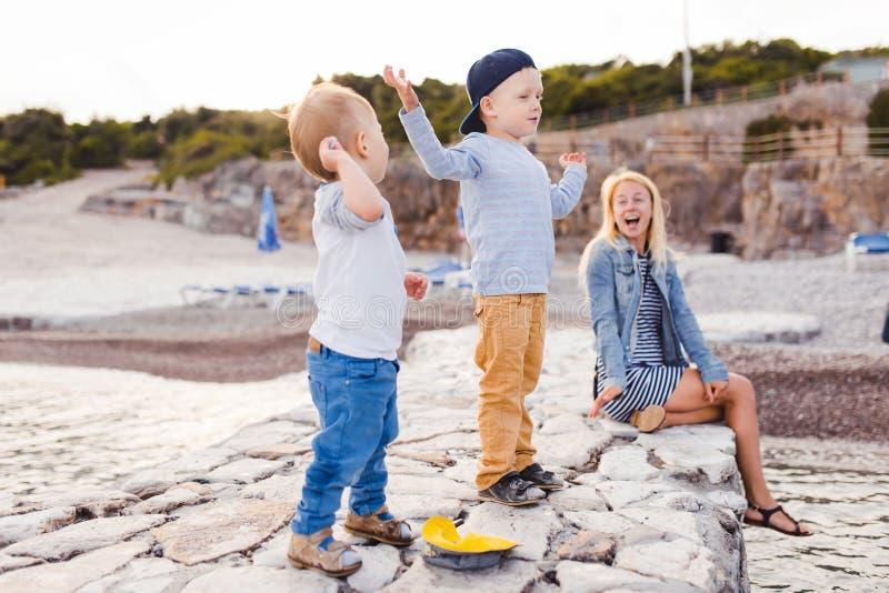 Familienliebe macht die Welt heller stockbild