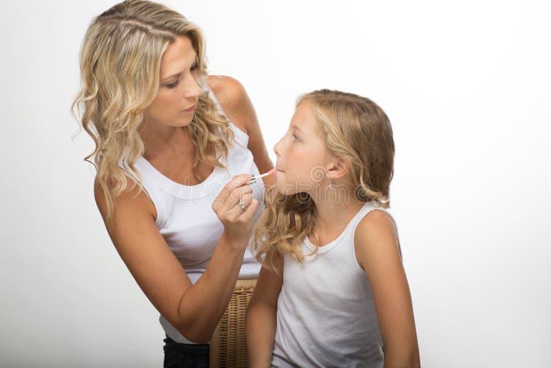 Familienmake-up, blonde Mutter und Tochter zusammen lizenzfreie stockbilder