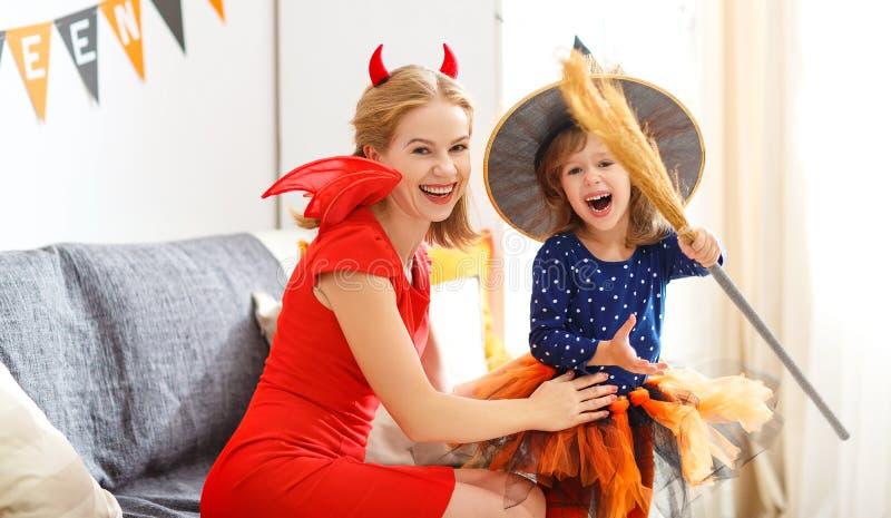 Familienmutter und Kindertochter, die zu Halloween fertig wird, lizenzfreie stockfotografie