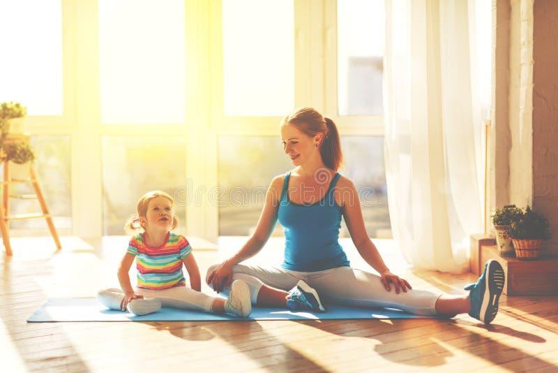 Familienmutter und Kindertochter nehmen an Eignung, Yoga an teil stockfotos