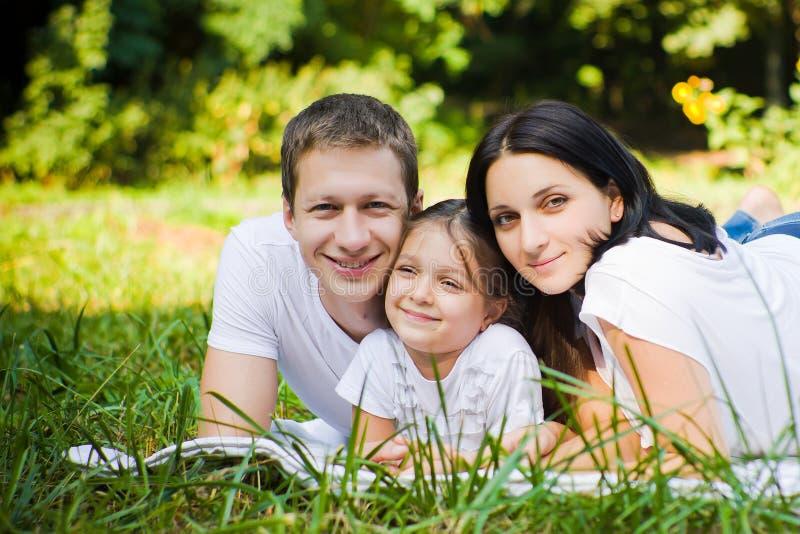 Familienporträt in einem Park lizenzfreie stockfotos