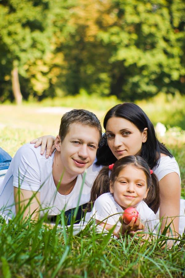 Familienporträt in einem Park stockbild