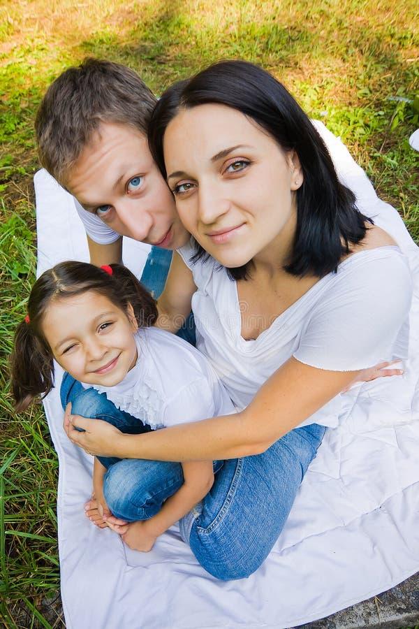 Familienporträt in einem Park. Weitwinkel stockbilder
