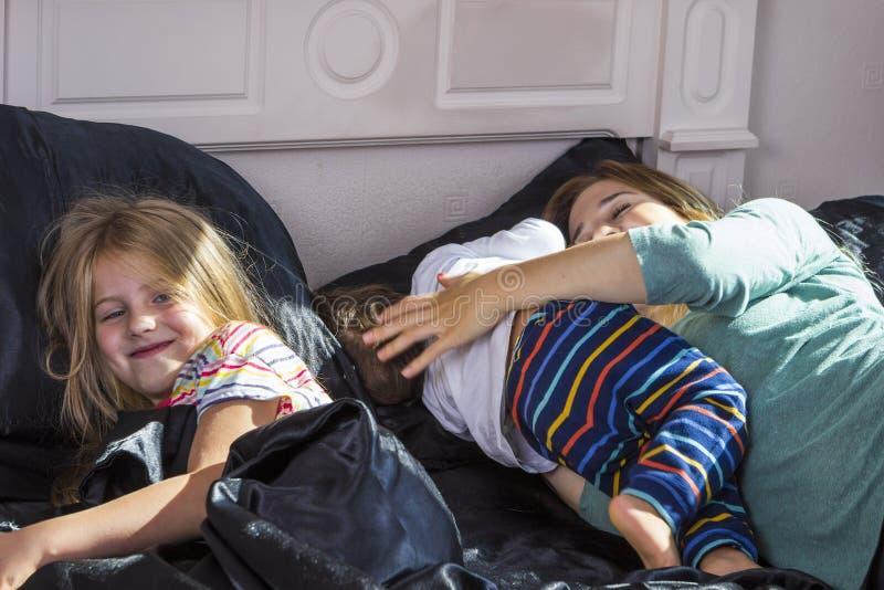 Familienporträt im Bett zu Hause lizenzfreies stockbild