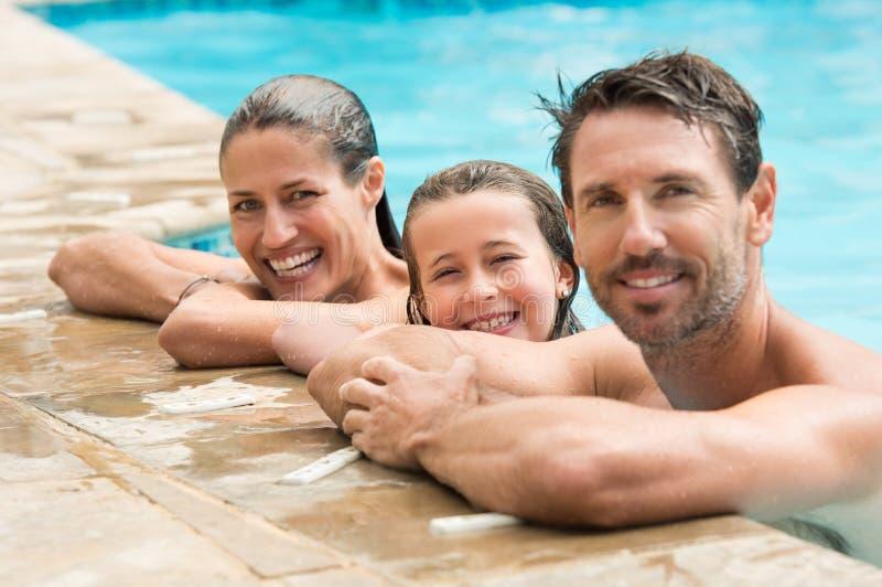 Familienporträt im Swimmingpool stockbilder