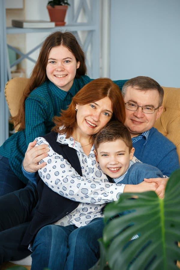 Familienporträt von vier Lächeln lizenzfreies stockfoto
