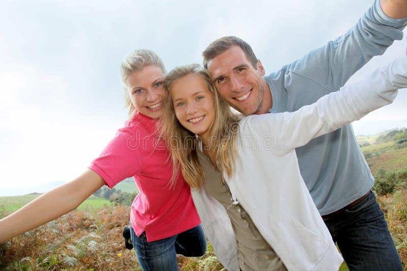 Familienportrait auf dem Wandern des Tages stockfotos