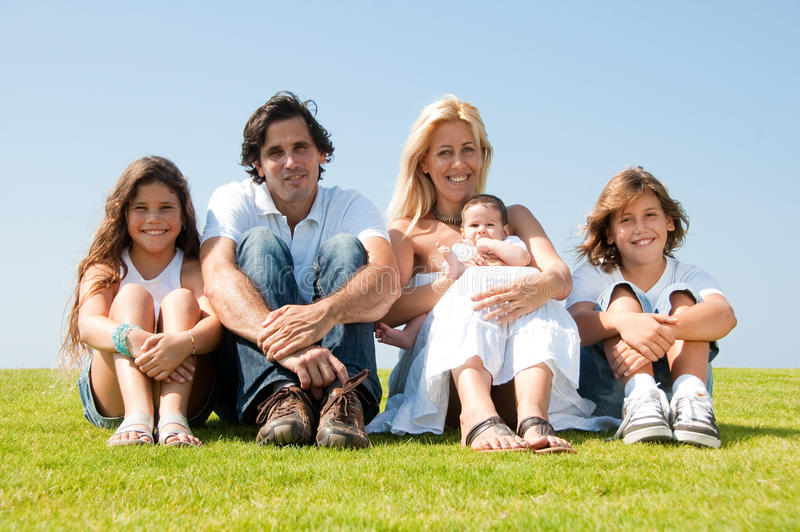 Familienportrait draußen lizenzfreie stockbilder