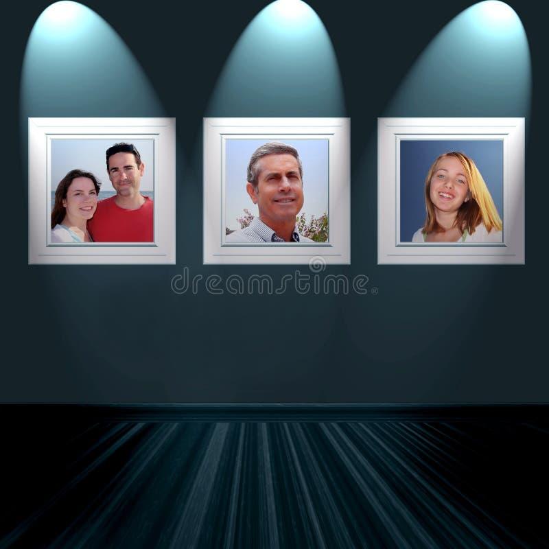 Familienportraits auf Wand stockfoto