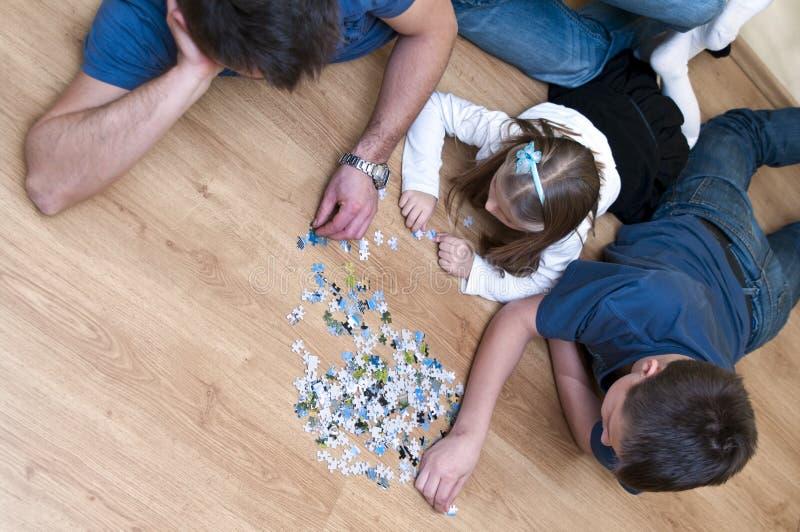 Familienpuzzlespiel stockbilder