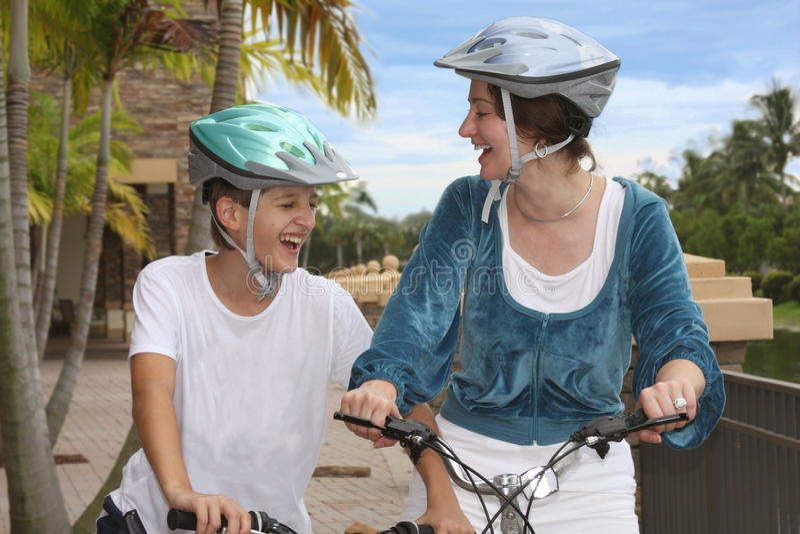 Familienradfahren stockfotografie