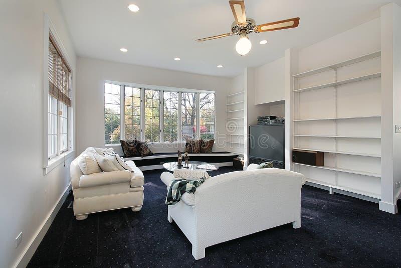 Familienraum mit weißem Sofa lizenzfreies stockbild