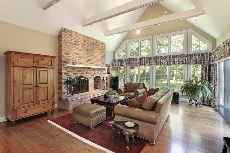 Familienraum mit Ziegelsteinkamin stockbild