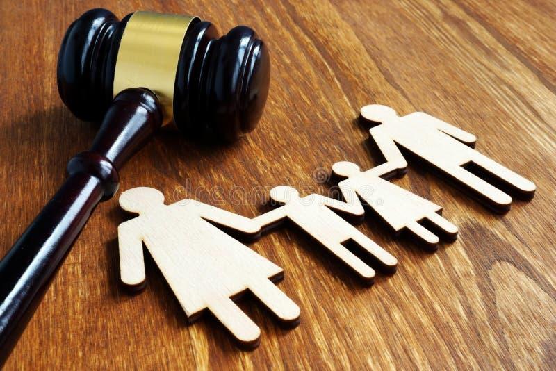 Familienrechtkonzept Hölzerne Zahlen und Hammer stockfoto