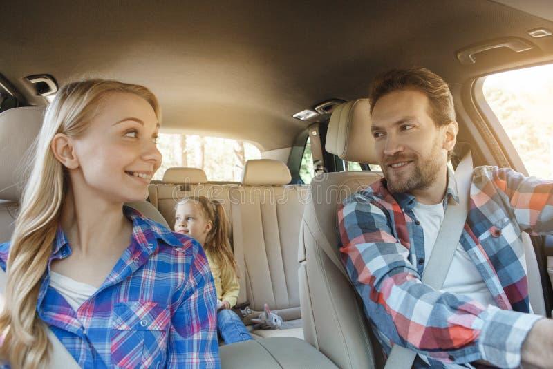 Familienreise der Reise mit dem Auto machen zusammen Urlaub lizenzfreies stockbild