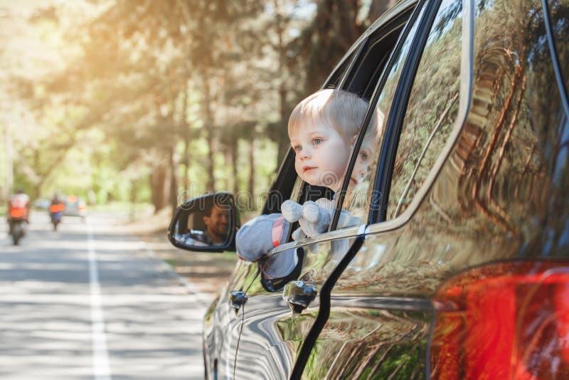 Download Familienreise Der Reise Mit Dem Auto Machen Zusammen Urlaub Stockfoto - Bild von liebe, reflexion: 96930062