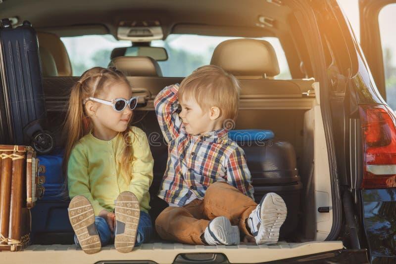 Download Familienreise Der Reise Mit Dem Auto Machen Zusammen Urlaub Stockfoto - Bild von kinder, lebensstil: 96930184
