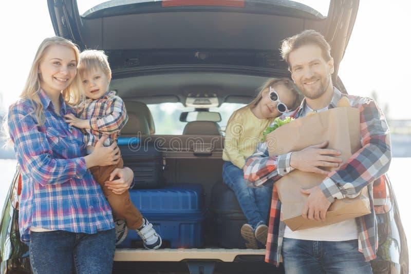 Download Familienreise Der Reise Mit Dem Auto Machen Zusammen Urlaub Stockbild - Bild von zicklein, nahrung: 96930261