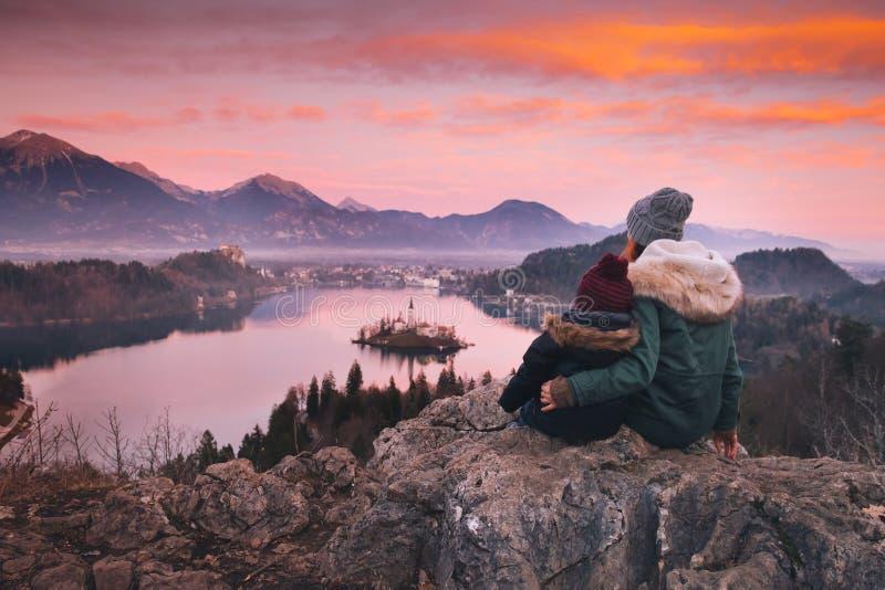 Familienreise Europa Verlaufener See, Slowenien lizenzfreie stockfotografie