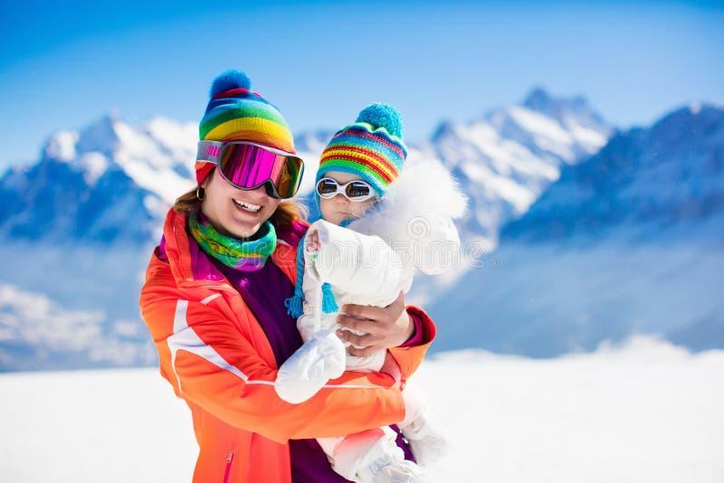 Familienski- und -schneespaß in den Winterbergen stockfotografie