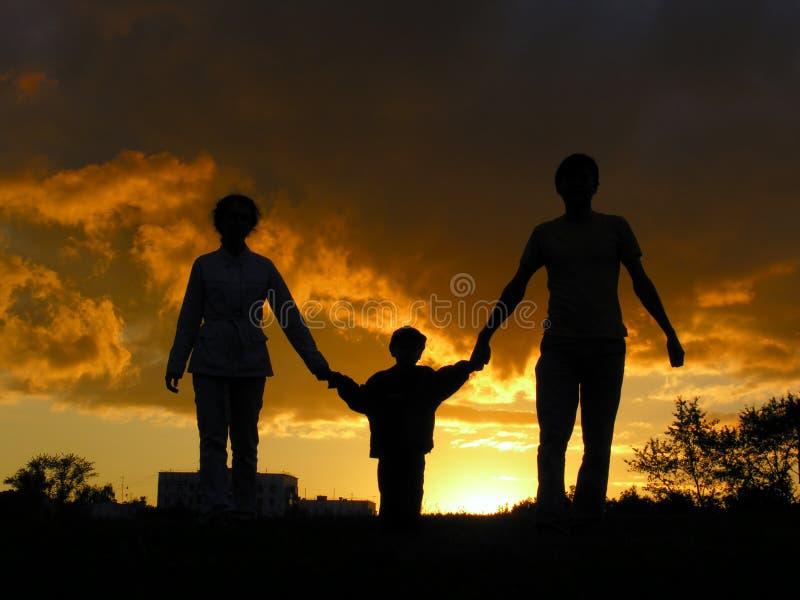 Familiensonnenuntergang lizenzfreie stockfotografie