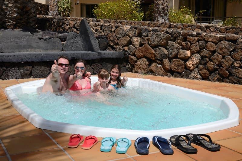 Familienspaß mit Jacuzzi lizenzfreies stockfoto