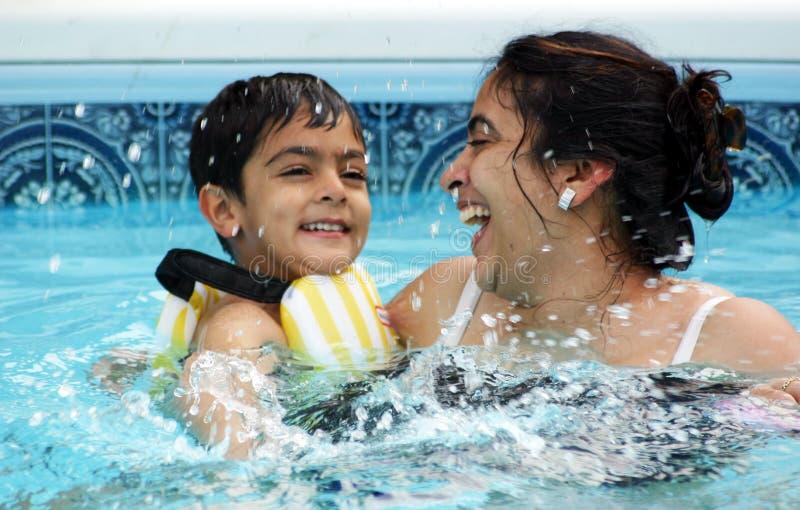 Familienspaß am Pool lizenzfreie stockfotos