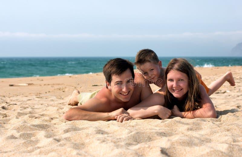 Familienspaß am Strand stockfotos