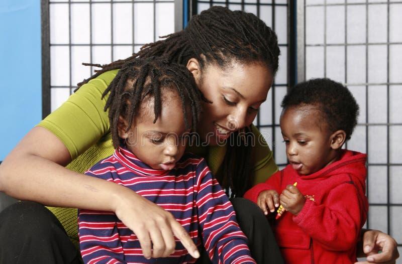 Familienspielen stockfotografie