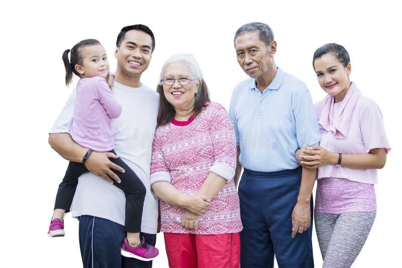 Familienstellung mit drei Generationen im Studio lizenzfreie stockbilder