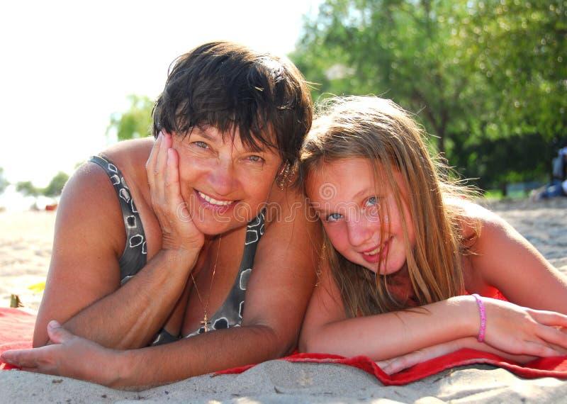 Familienstrand lizenzfreie stockbilder