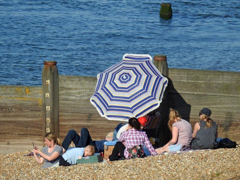 Familienstrandurlaubspaß-Sonnenschirmregenschirm stockfotos