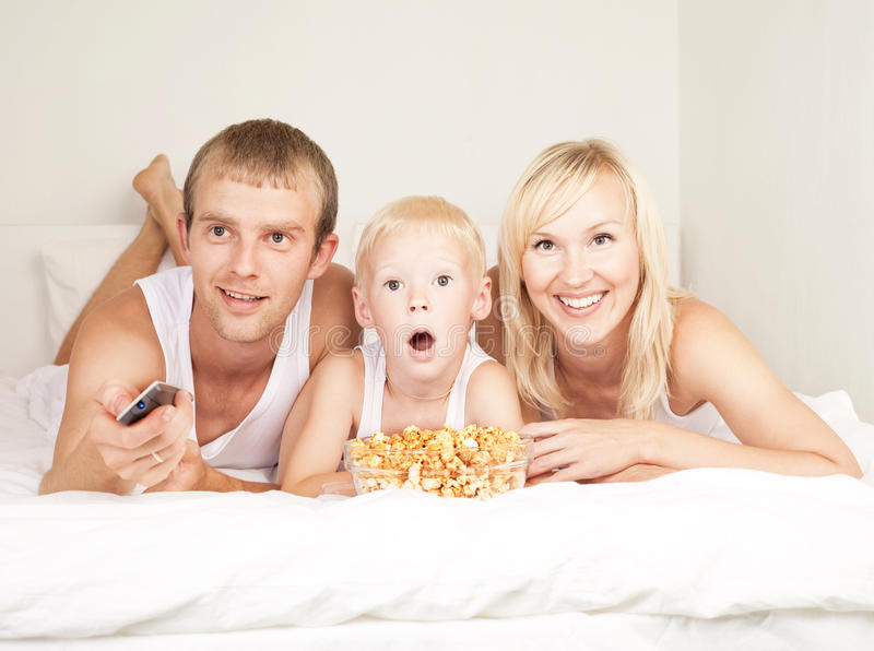 Familienuhr Fernsehen stockfoto