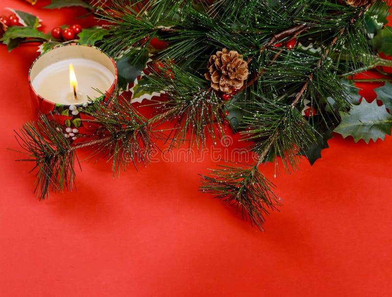 Familienurlaub, roter Hintergrund des Weihnachtsbaums mit und Weihnachtskerzen stockfoto