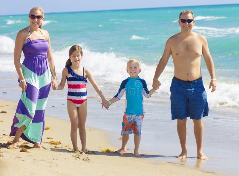Familienurlaub-Spaß am Strand lizenzfreies stockfoto