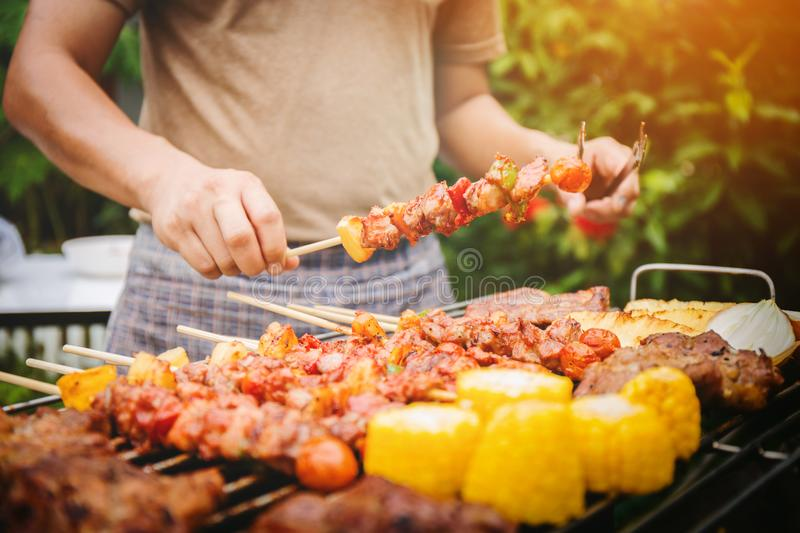 Familienurlaubferien-Grillpartei lizenzfreie stockfotos