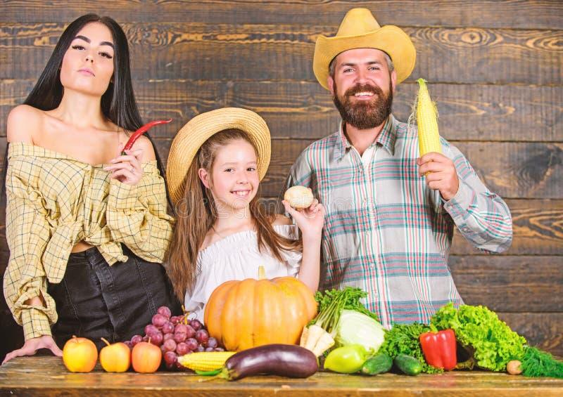 Familienvaterlandwirt-Mutterg?rtner mit Tochter nahe Ernte Landschafts-Familienlebensstil Bauernhofmarkt mit Fall stockfoto