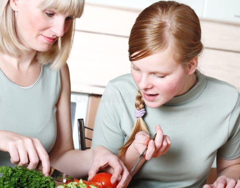 Familienvorbereitung der Mahlzeit stockbilder