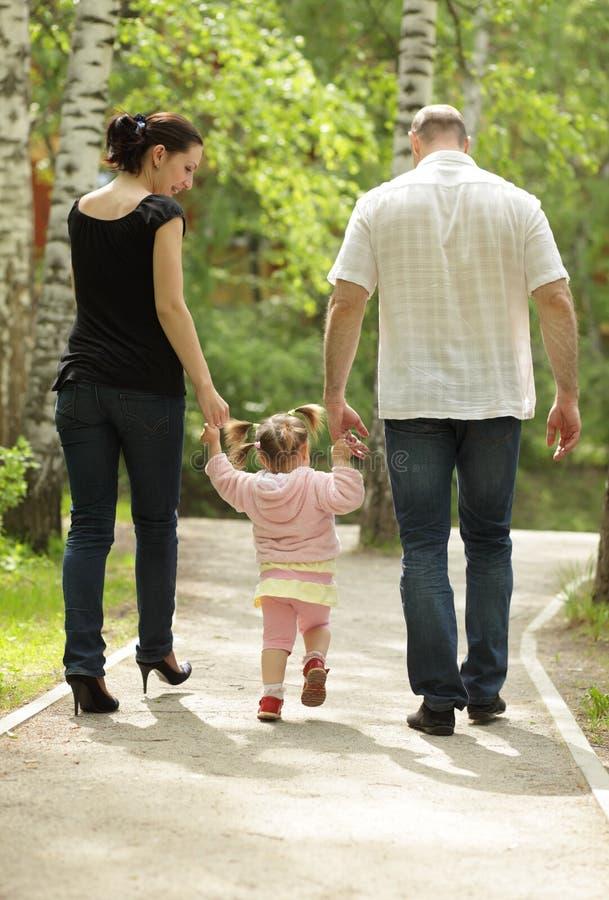 Familienweg im Park lizenzfreies stockbild