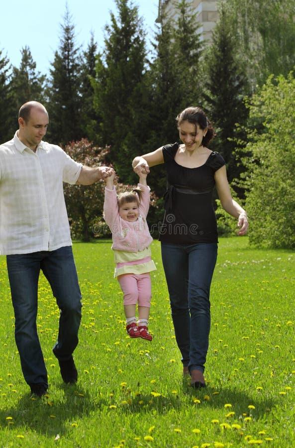 Familienweg im Park stockfotos