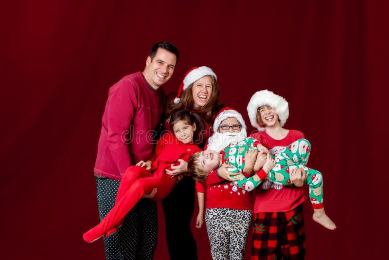 Familienweihnachten tragen stockbild