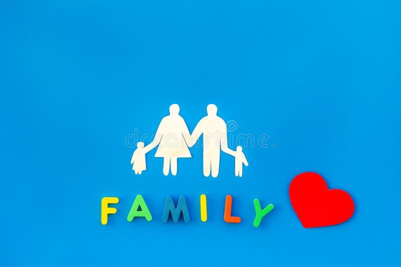 Familienwort und -zahl für Kinderkonzept annehmen auf Draufsicht des blauen Hintergrundes stockfotos