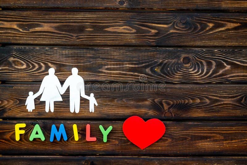 Familienwort und -zahl für Kinderkonzept oben annehmen auf hölzernem Draufsichtspott des Hintergrundes lizenzfreie stockbilder