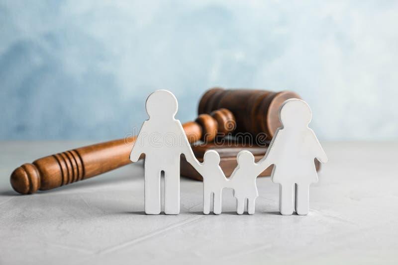 Familienzahl und -hammer auf Tabelle lizenzfreie stockfotos