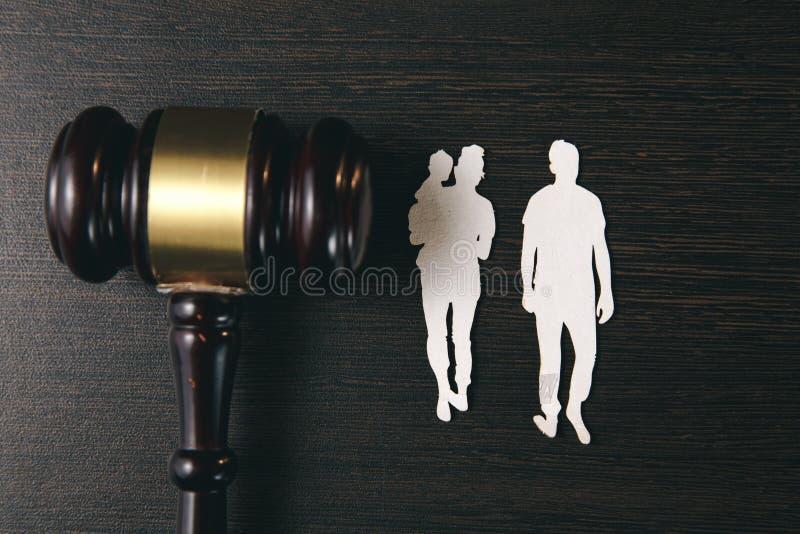Familienzahl und -hammer auf Tabelle Familienrecht lizenzfreie stockbilder